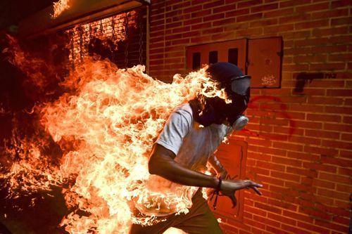 José Víctor Salazar Balza fue prendido en fuego durante enfrentamientos con la guardia y policía nacionales venezolanas tras una protesta contra Nicolás Maduro. Caracas, Venezuela, 2017 Credit Ronaldo Schemidt/Agence France-Presse